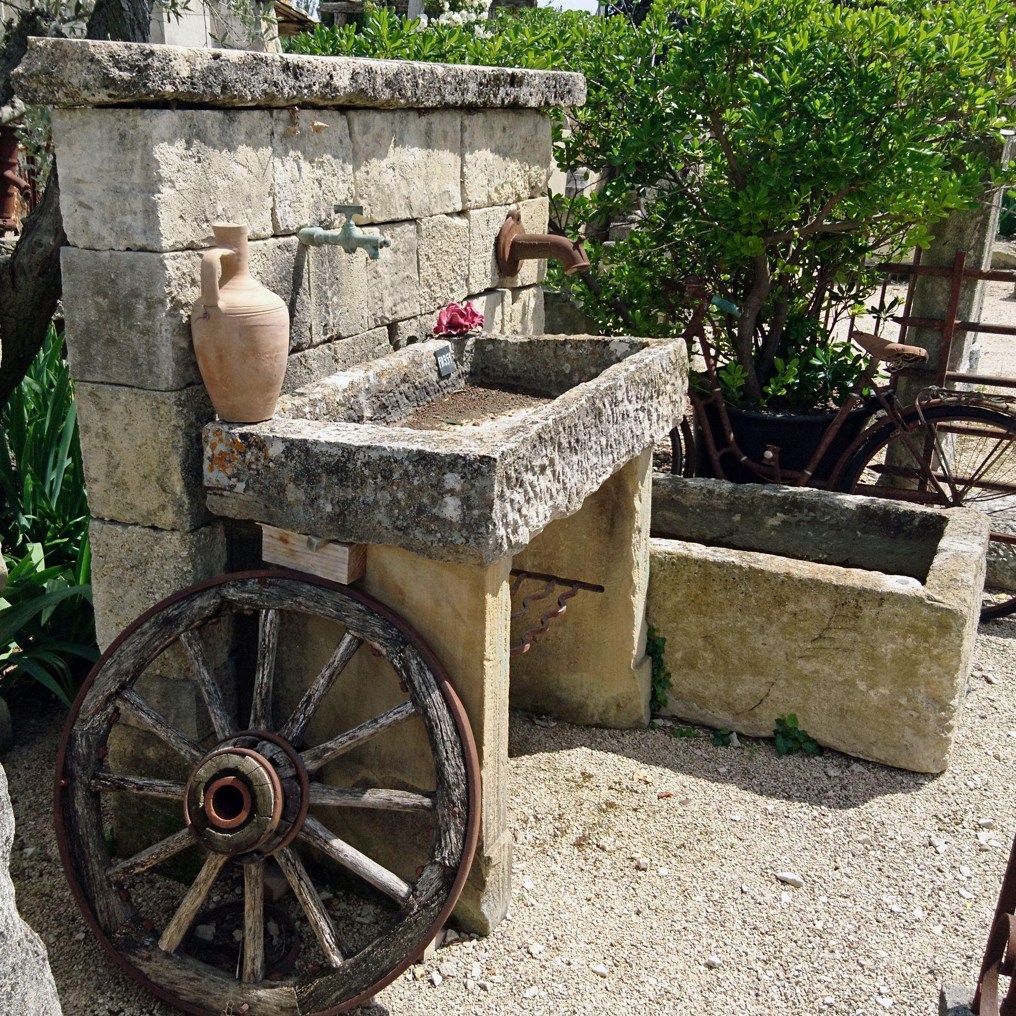 Cette Originale Fontaine De Jardin Est Un Modele Unique Confectionne Artisanalement Dans Notre Ateliers Avec Images Evier De Jardin Evier De Jardin Exterieur Evier Pierre
