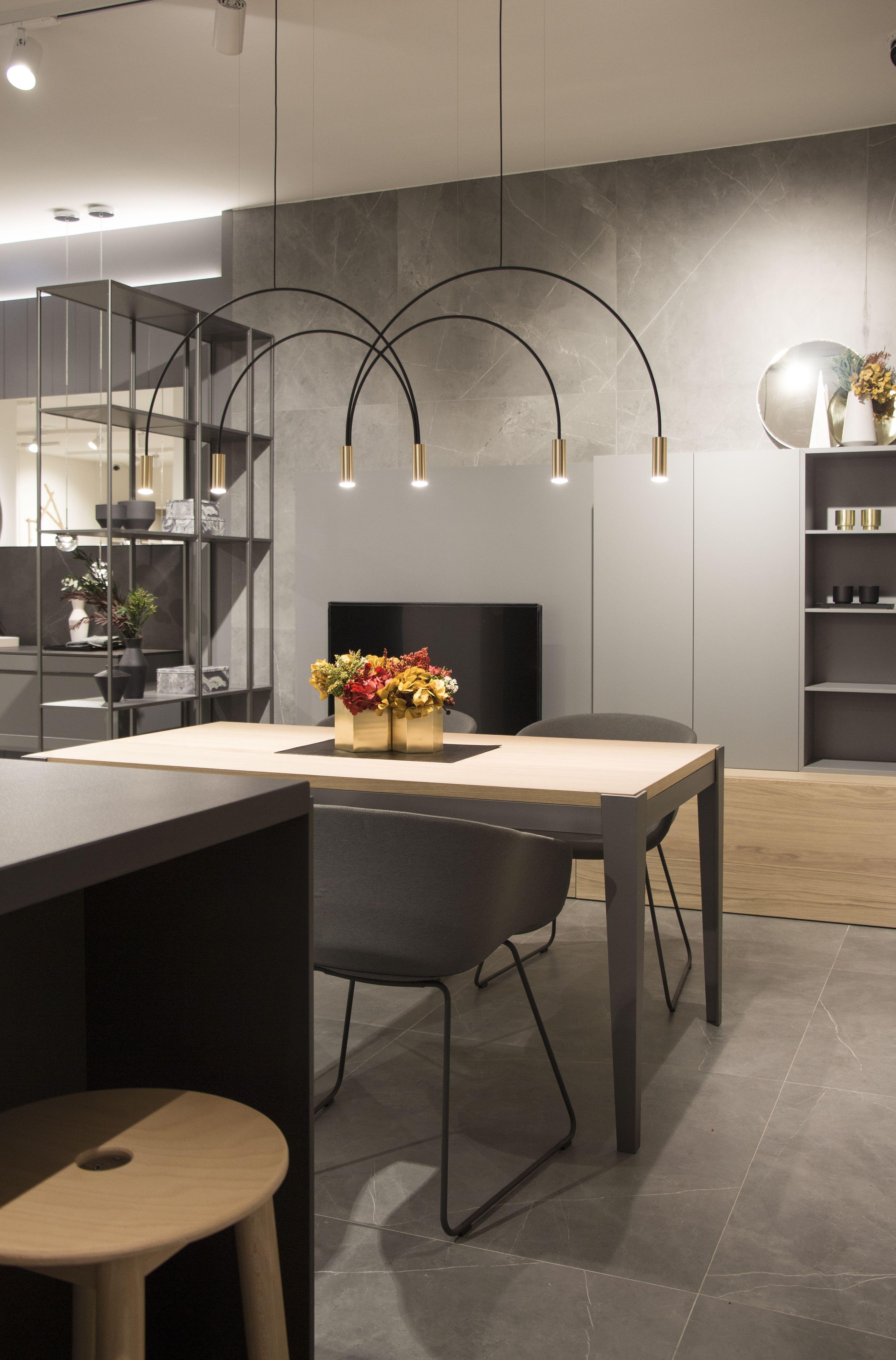 Nuevo showroom en Oviedo. Detalle de mesa y mueble de salón ...