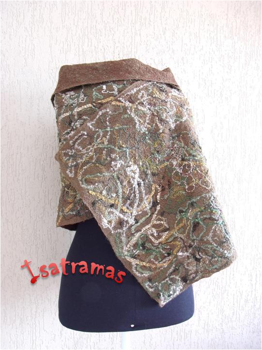 Xale de inverno com fundo em lã de carneiro penteada, em tons de verde oliva sobre a qual foram tramados fios de lã, linhas, rendas, fitas, sianinhas, retalhos, etc.. Dimensões aproximadas 2,03 m X 0,47 m.