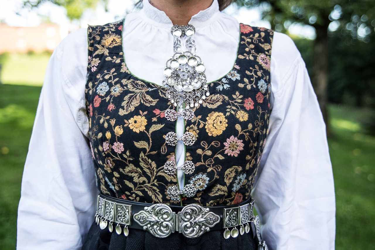 Vestfoldbunad Tranum Røer msølv, skjorte, veske og