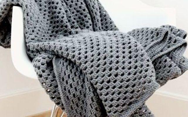 Vediamo insieme come realizzara una coperta all'uncinetto a scacchiera in questo diy.