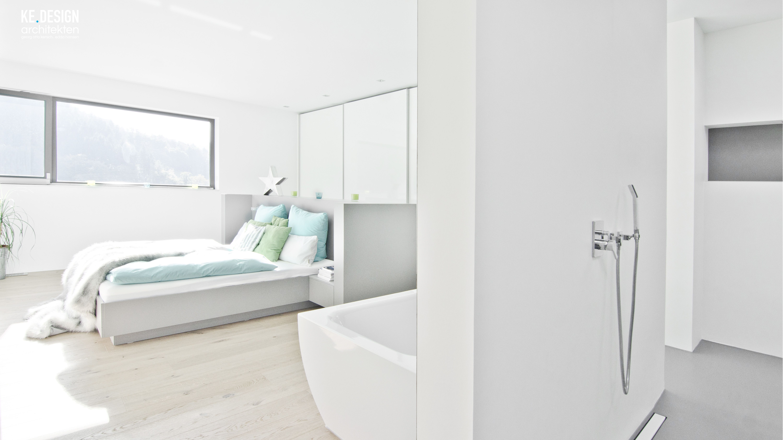 großzügiges Schlafzimmer mit offenem Badbereich und