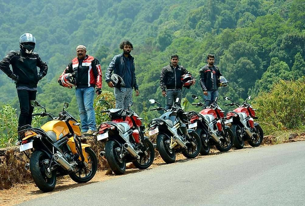 Here are our @mojotribemangalore riders on a rainy monsoon ride to the hills.  #MojoTribeMangalore #mojotribe #mahindramojo #monsoonride #rainyride #kudremukh