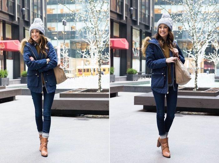 manteau capuche fourrure, femme habillée en jeans et manteau bleu foncé  avec bottines marron et bonnet gris ec374ae98702
