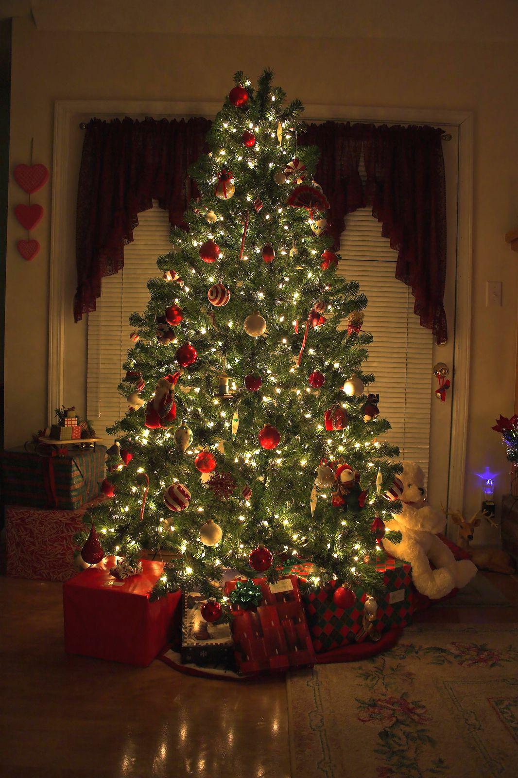 Beautiful Christmas Decorated Living Rooms: Peaceful Christmas Tree Www.homepadproperties.com