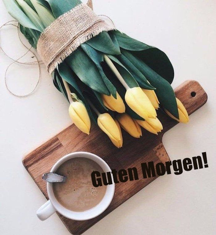 eine weiße tasse mit kaffee und ein strauß mit vielen gelben tulpen und grünen blättern, bilder guten morgen kostenlos
