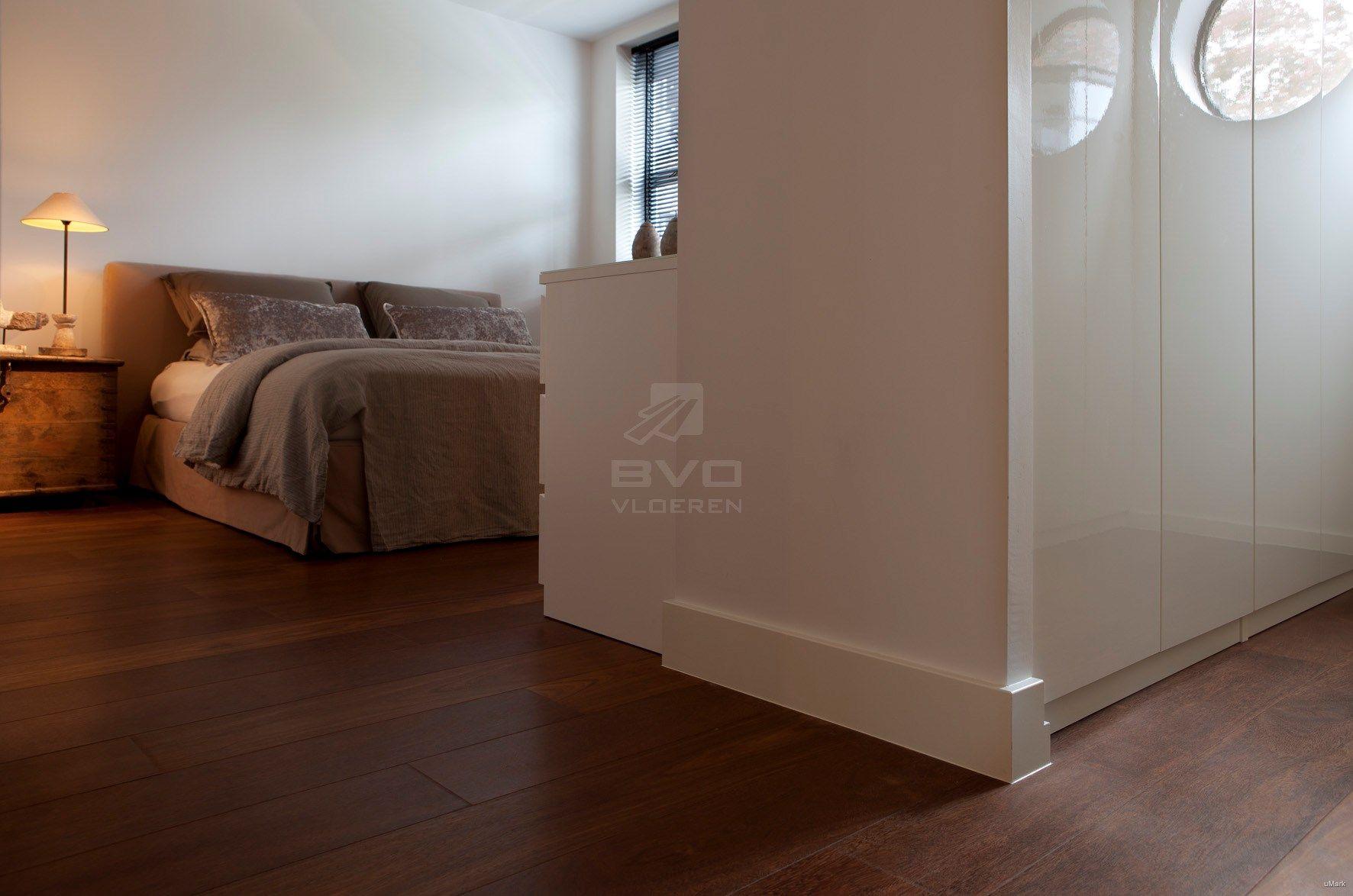 Slaapkamer Zwarte Vloer : Donker houten vloer in slaapkamer dressing of garderobekast