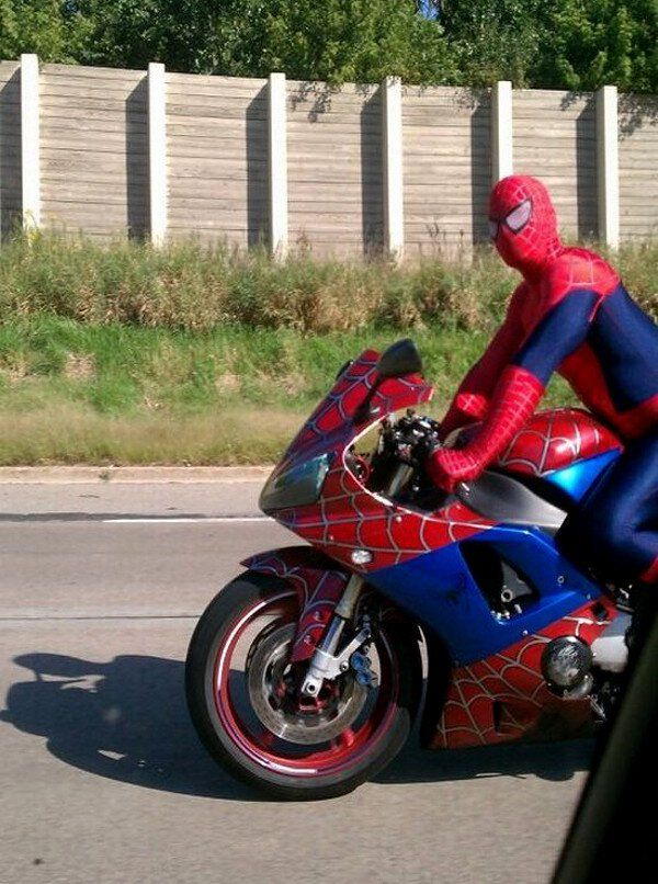 This Spider Man Motorcycle Takes Cosplay To The Next Level Funny Motorcycle Road Pictures Funny People Pictures