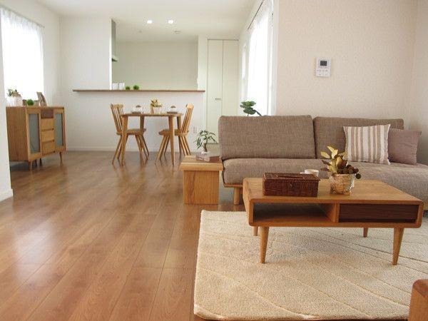 ブラックチェリー色の床材にタモ ナラ無垢材を使用した家具を中心に