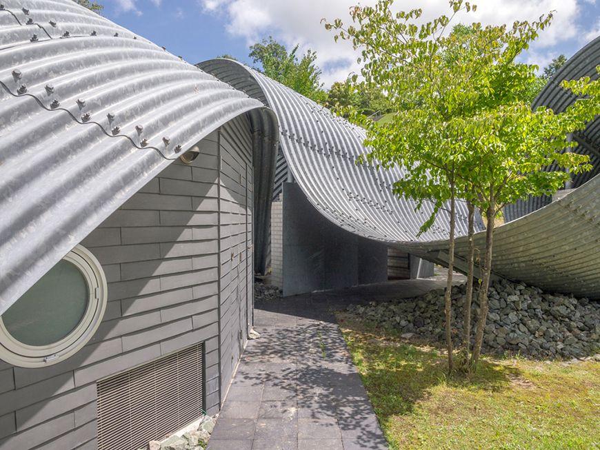 feuerverzinkte fassade aus wellblech von shuhei endo wellblech architektur und hauseingang
