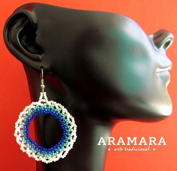 Mexique Huichol perlé blanc et bleu boucles doreilles par Aramara