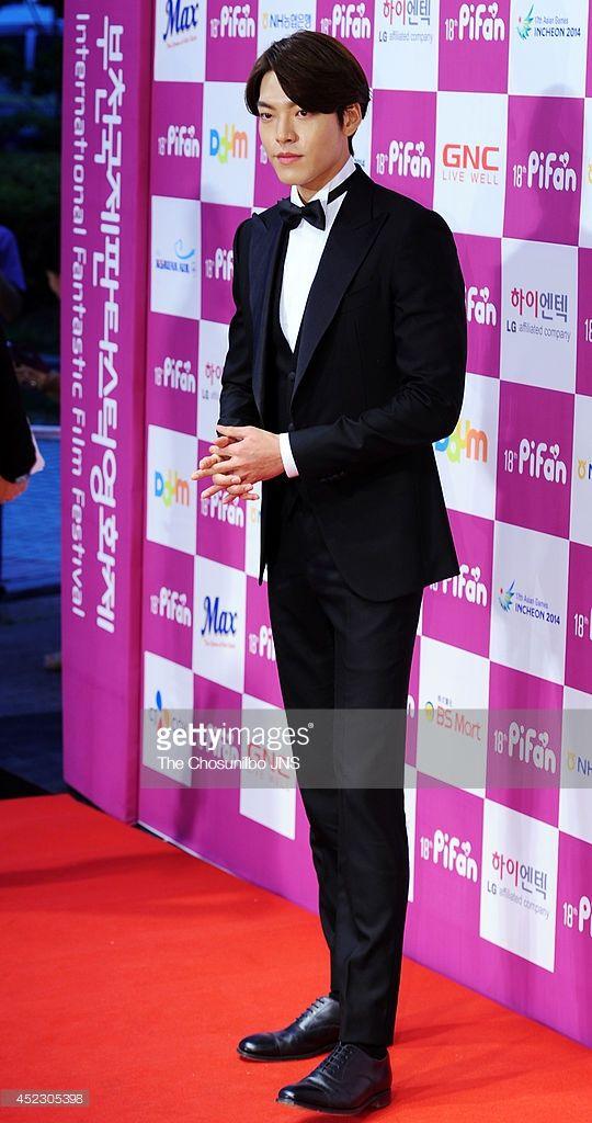 ニュース写真 : Kim Woo-Bin poses for photographs upon arrival...