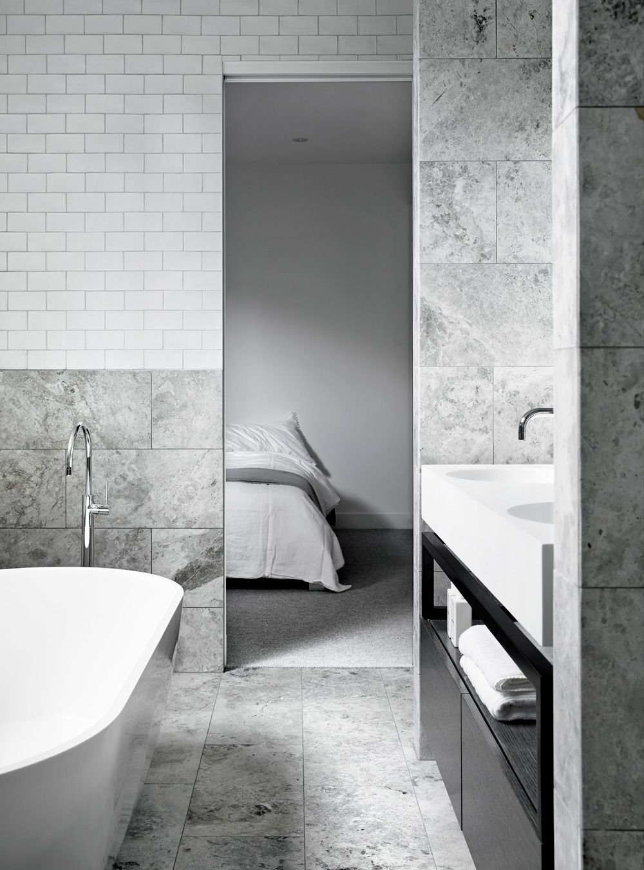 Marmor och vitt kakel i harmoni | Bath, Bath room and Bathroom ...