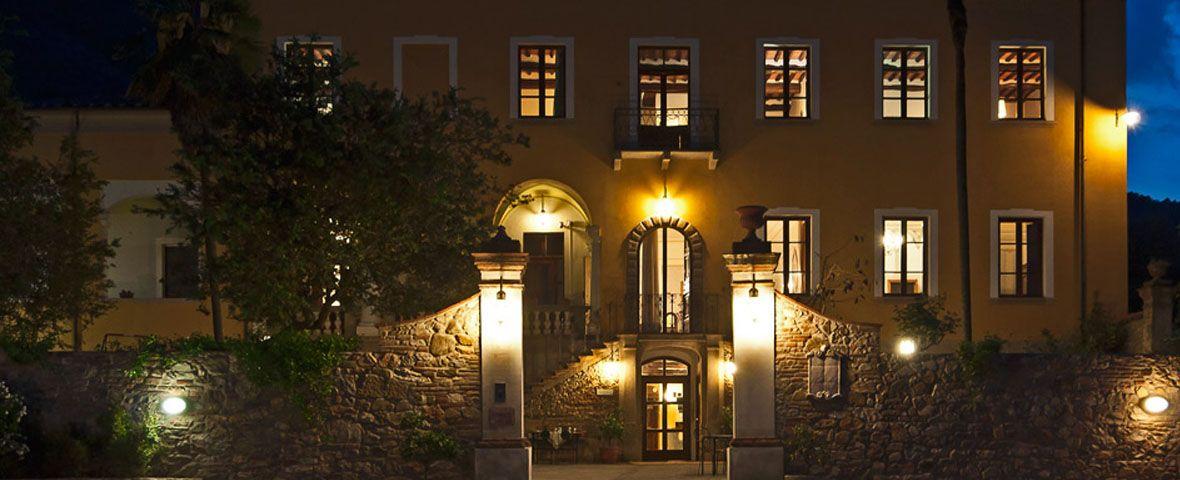 VILLA CHELI - L' Hotel Villa Cheli, oltre alle sue 18 camere e ai suoi appartamenti, dispone di un grande salone per incontri e riunioni e di una nuova e meravigliosa piscina scoperta, attrezzata con ombrelloni, lettini e sdraio. L'arredamento interno della Villa, che rispecchia lo stile settecentesco, è stato scelto con cura per creare un'atmosfera piacevole, intima e romantica, dove i dettagli tradizionali si accostano ai comfort più moderni.