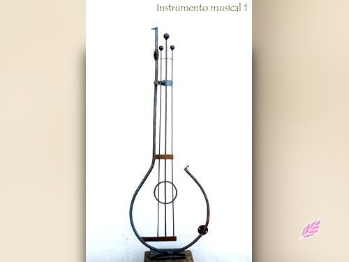 Escultura de un instrumento realizado con materiales reciclados.  ¡Arte en toda su plenitud! http://biocupon.com/escultura-realizada-con-material-reciclado-instrumento-musical-1-240