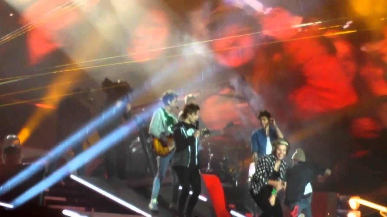 LIAM PAYNE FALL BEST SONG EVER CROKE PARK 23/05/14>>> I just love how Harry, Louis, and Zayn are just lookin at eachother xD
