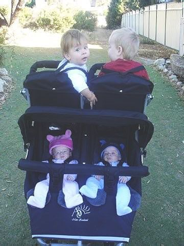 Here you can see the stroller in use for 4 children. (thats a Phil ...
