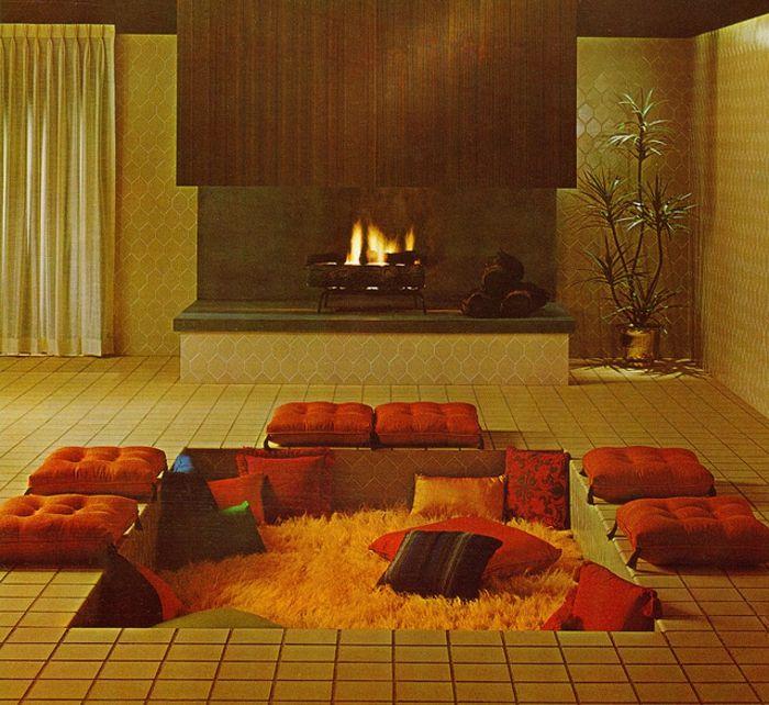 Japanische Sitzecke Mit Simpler Gestaltung   Nieder Liegende Relaxecke Mit  Orangen Kissen Und Gelbem Teppich,