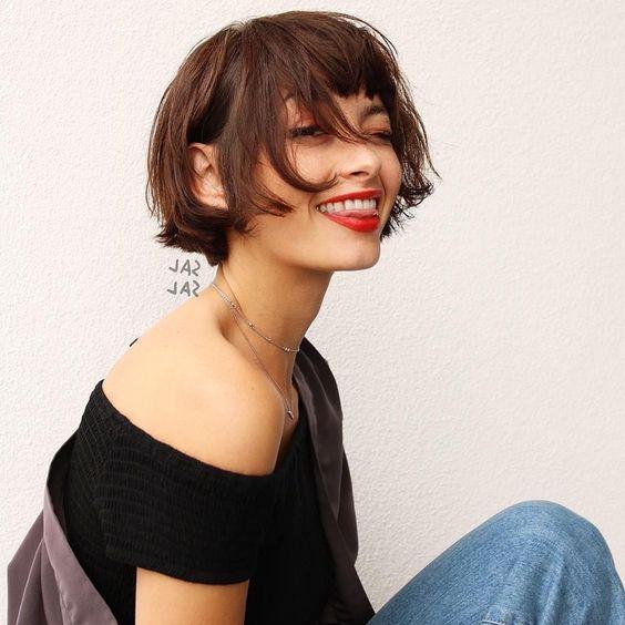 La mini frange avec un carré court / Pinterest en 2020 | Coupe cheveux carré court, Carré court ...