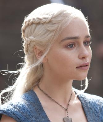 Veja o passo a passo de como fazer em casa as tranças das personagens Sansa Stark e Daenerys Targaryen.