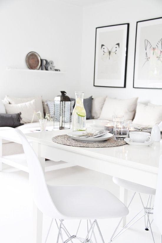 weißer esstisch mit weißen plastikstühlen und couch-ecke | wohnung, Esstisch ideennn