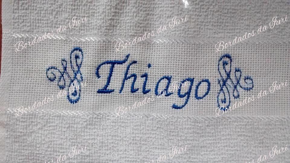 Toalha social Thiago. Arabescos laterais e nome na cor azul. Temos outras fontes de letras à sua escolha. Criação Bordados da Iuri.