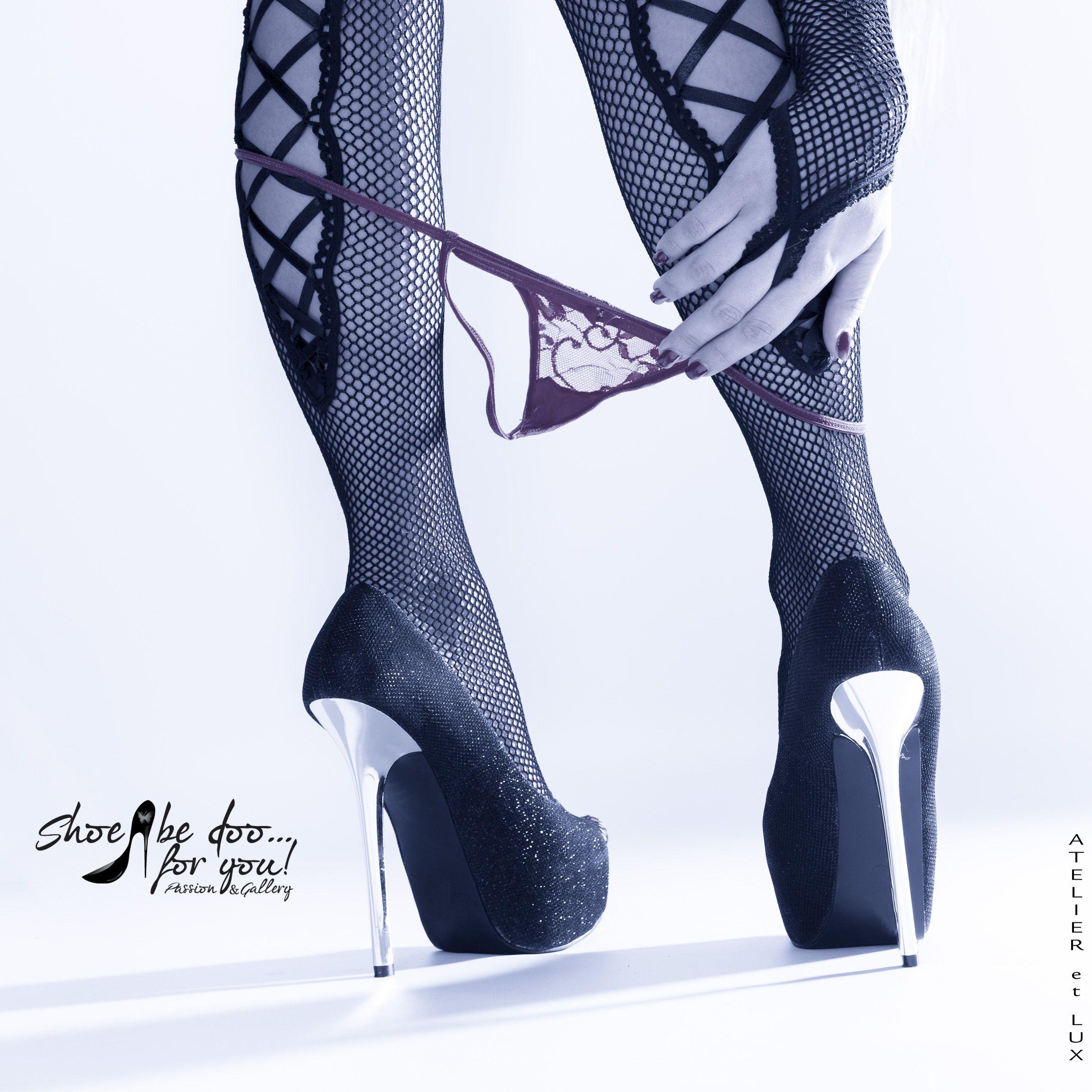 Session 'Shoe Calendar Part I' Photography: Atelier 'et Lux' Model: Jessica, Dessous: baci Lingerie | Style No. 175-M | White Label Collection | Lace G-String W/Bow & saresia | Netzstrumpfhose mit auffälliger Schnürung | schwarz