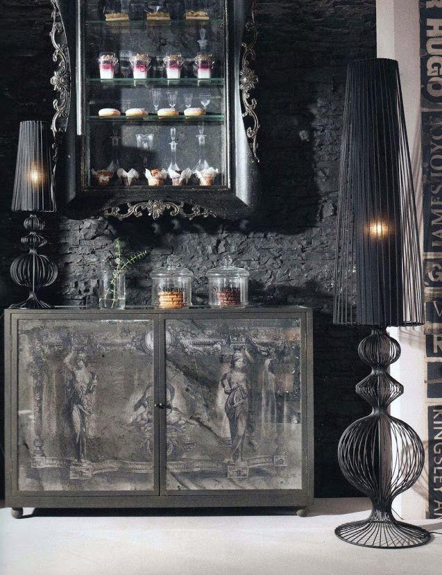 Um ambiente equilibrado nos tons de preto pode ficar muito bonito! Se você se interessou pela luminária, temos essa peça aqui na Piccola Brotto.