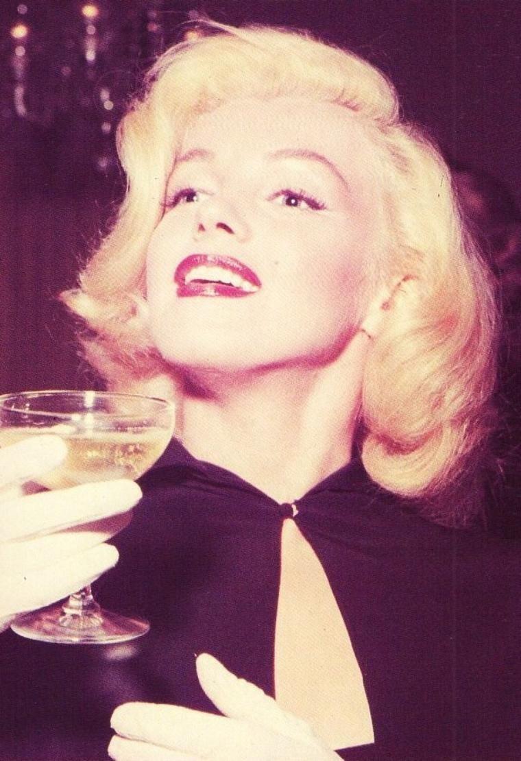 1953, Marilyn dans une librairie sous l'oeil de son ami et photographe André De DIENES...