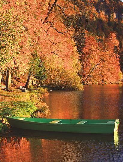 Le lac de Bonlieu,incroyable en automne et magnifique toute l'année | Jura, France | photo Stéphane Godin/Jura Tourisme | #JuraTourisme