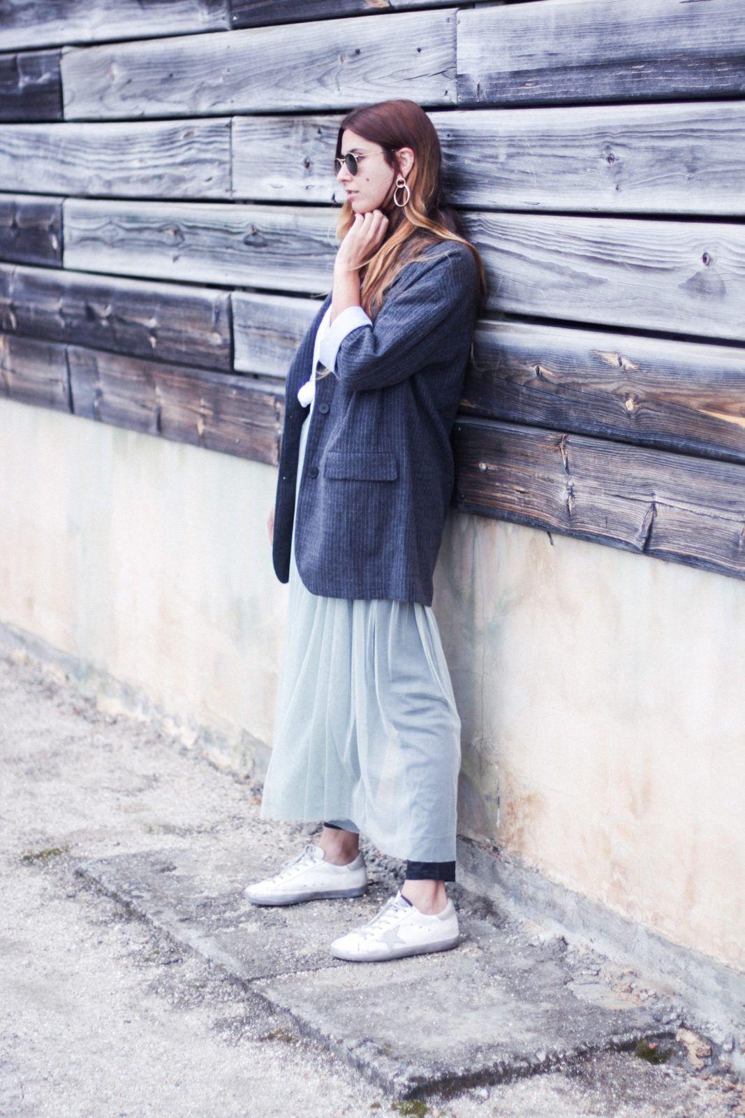 vestido de tul con sneakers