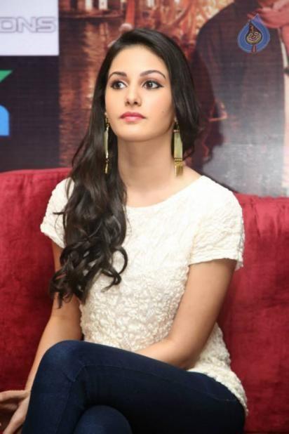 Hot Actress Amyra Dastur Full Screen Wallpapers Amyra Dastur Hd Wallpapers Download Wallpaper Downloads Hot Actresses Screen Wallpaper