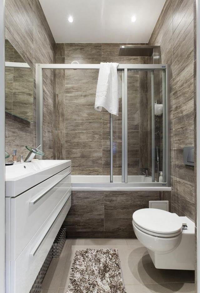 Kleines Bad Gestaltungsidee Fliesen Holzoptik Badewanne Schiebetueren