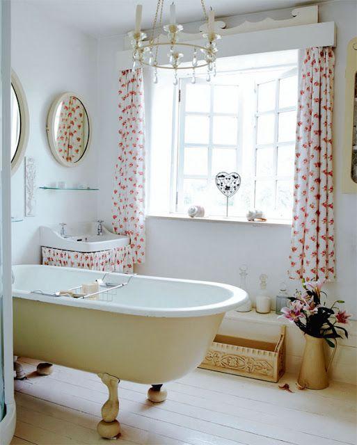 Salle de bain romantique. La belle idée c\'est le tissu à fleur dans ...