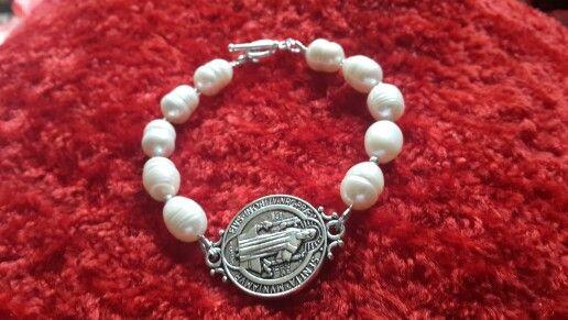 Pulsera perla de río con medalla de San Benito. Kml
