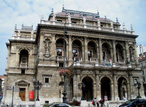http://europeantravelista.com/2012/05/03/architectural-budapest-hungary/