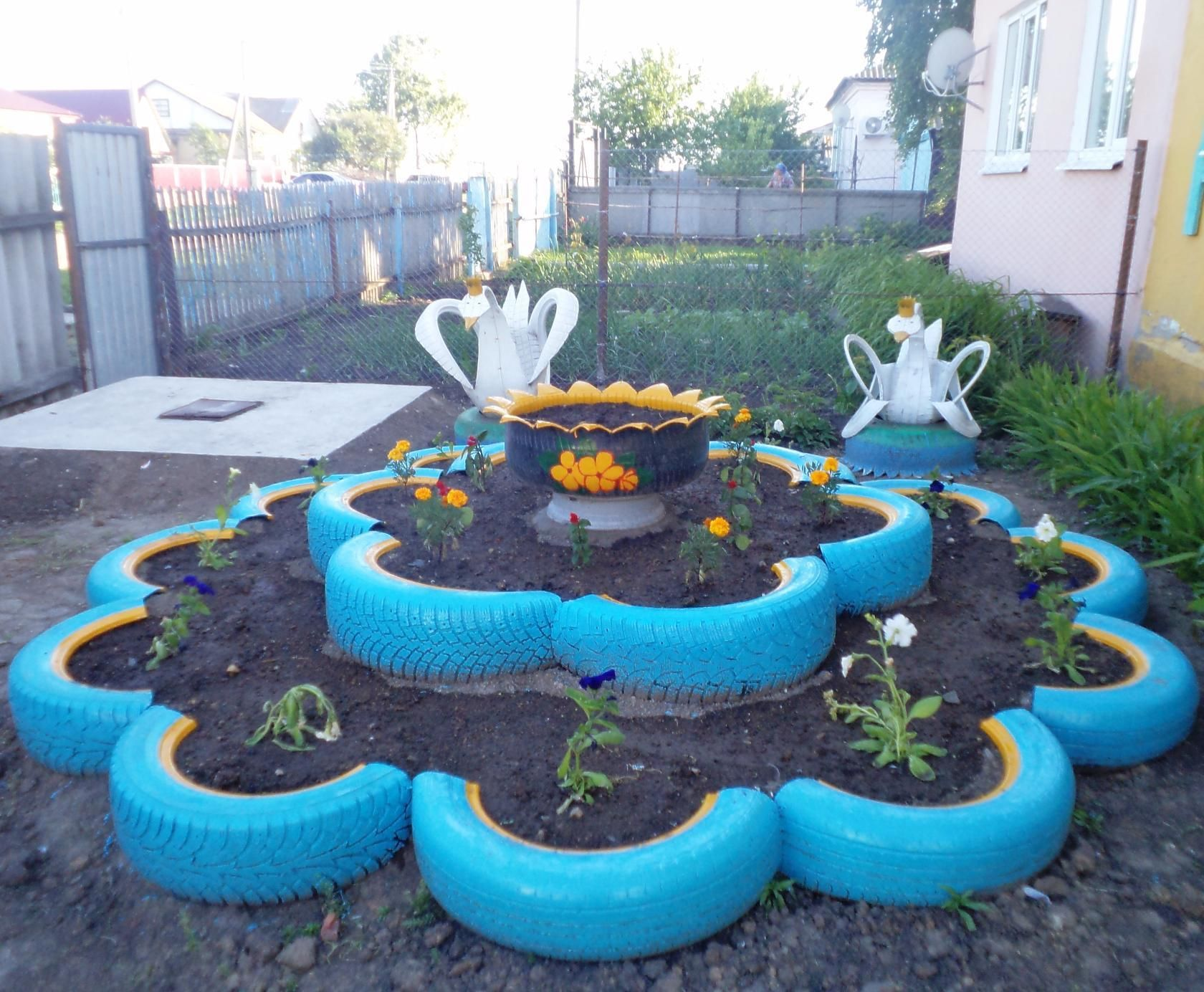 A swan from a tire with its own hands will decorate any yard