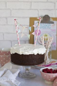 Una receta de tarta muy fácil, perfecta para un postre o un cumpleaños. Tarta de chocolate intenso. Con ingredientes y con instrucciones paso a paso.