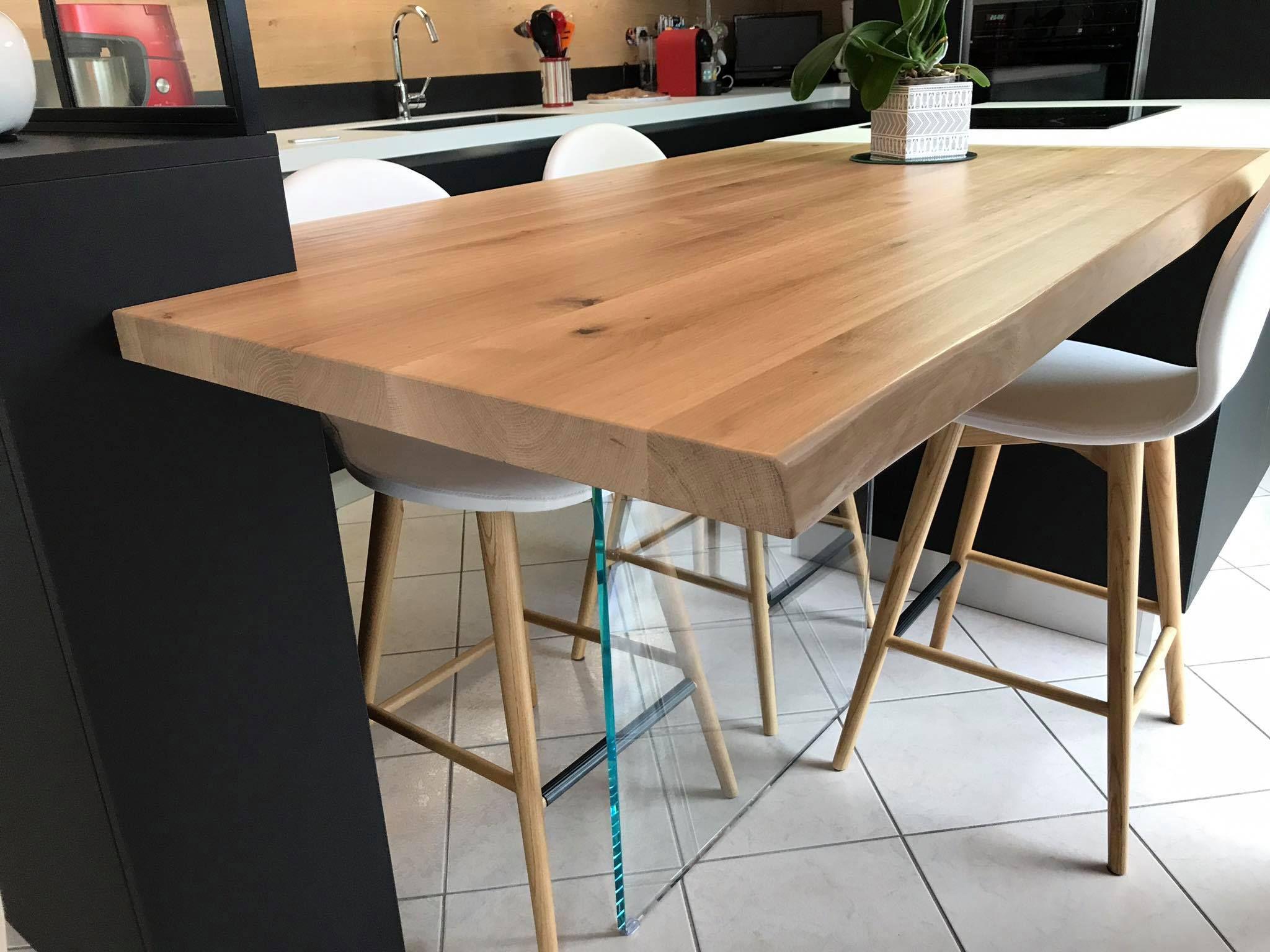 Table En Chene Massif A Bords Irreguliers Soutenu Par Un Pietement En Verre Securit Et Fixee A La Verriere Cuisines Design Cuisine Moderne Amenagement Cuisine