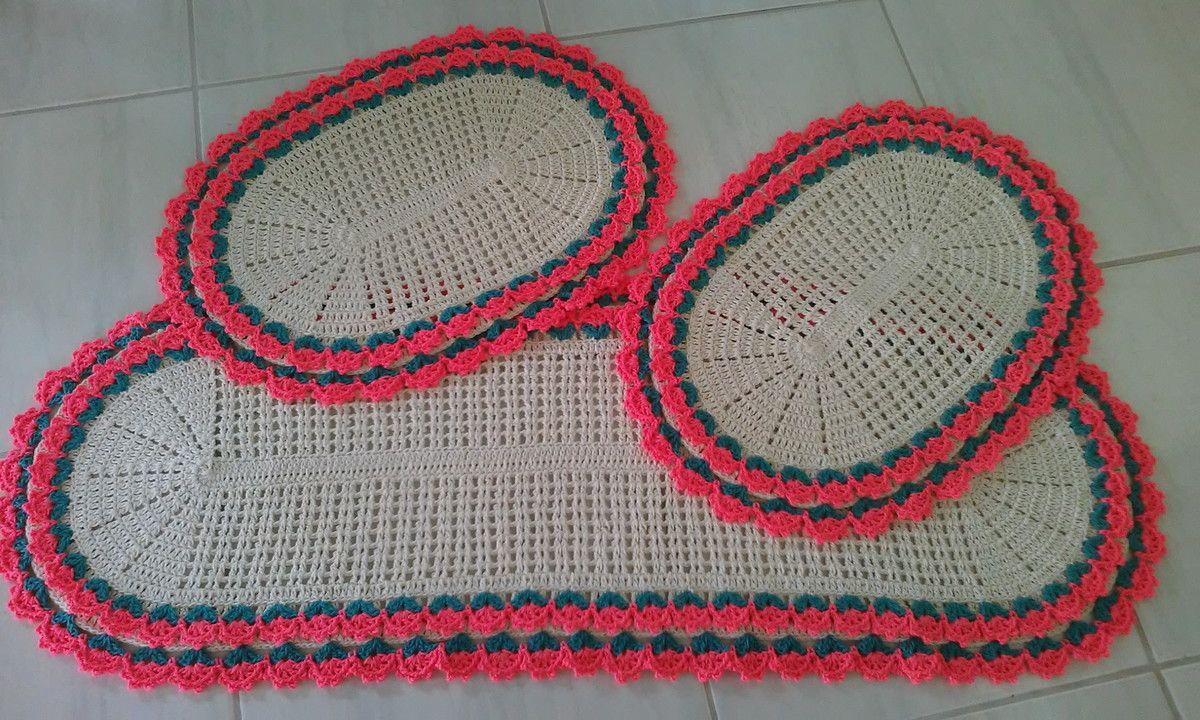 Lindo jogo de tapete para decorar sua casa feito de crochê com barbante de ótima qualidade.  Medida da passadeira 1,20x0,43cm.  Medida do tapete pequeno 0,60x0,43cm.  Fazemos na cor que desejar!
