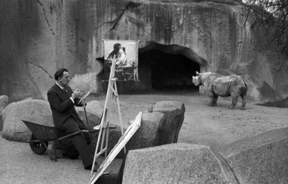 FOTO DEL GIORNO - Salvador Dalì dipinge allo Zoo di Vincennes, 1955 [foto di Manuel Litran]...