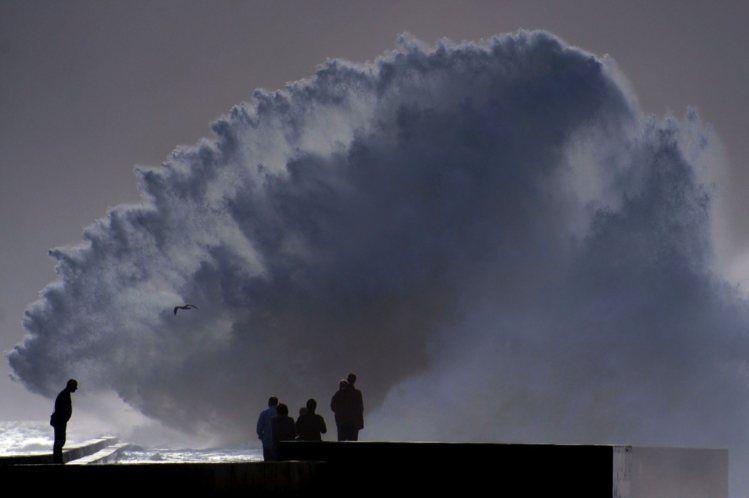 Vêm do espaço os sinais que nos vão ajudar a medir as ondas do mar com precisão - PÚBLICO