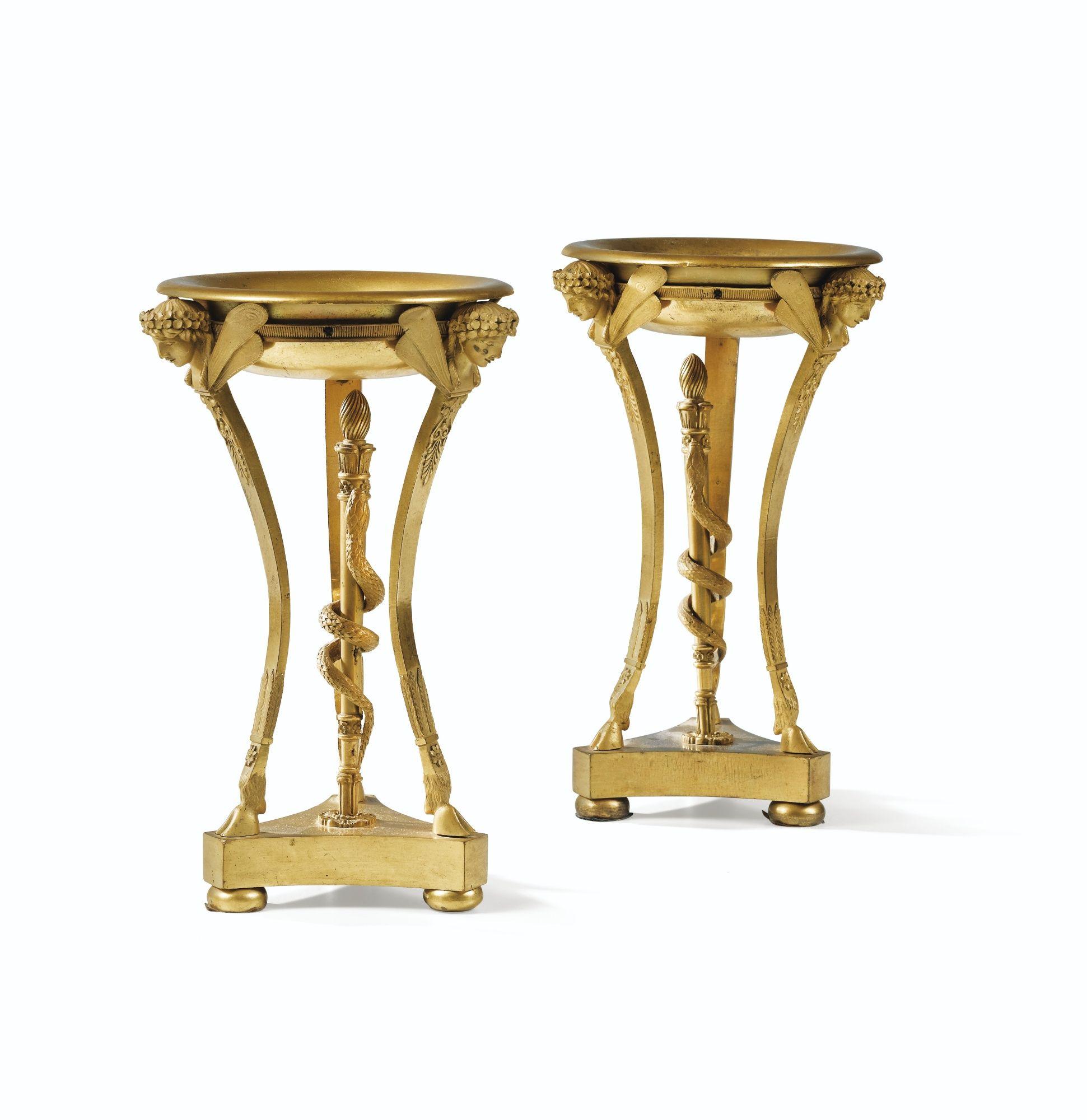 Paire de coupes en athénienne en bronze doré d'époque Restauration A PAIR OF GILT-BRONZE CUPS, RESTAURATION
