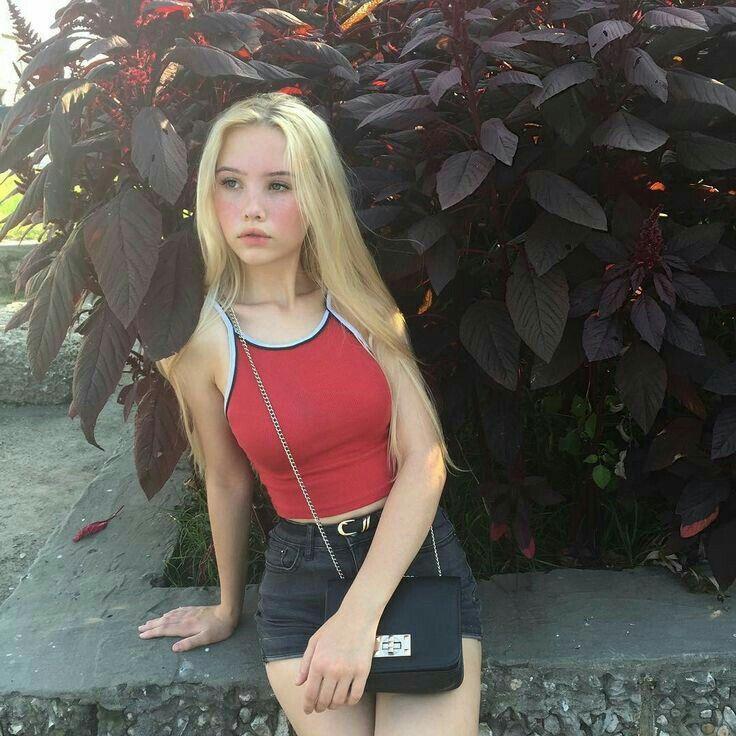Aesthetic Girl Young Novocom Top