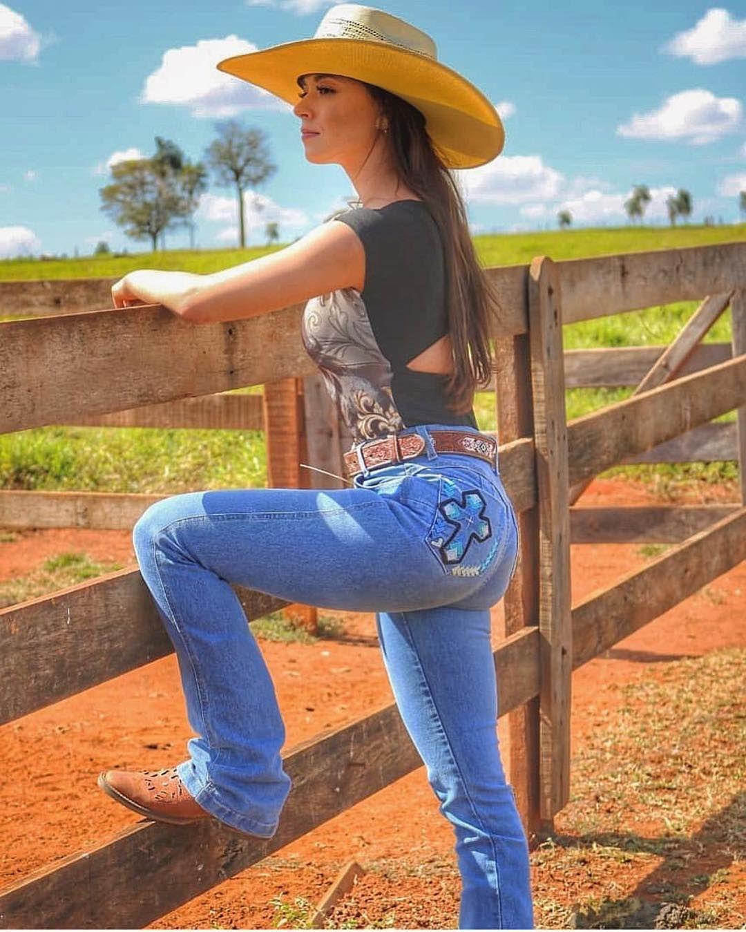 00598b1071f34 Foto da  gabriellaarantes97 com seu chapéu!  MulherDeChapeu  Chapeu   Cowgirl  Botina  Mulher  Rodeio  FestaDoPeao  Mato  VidaNoCampo  Simples   Campo ...