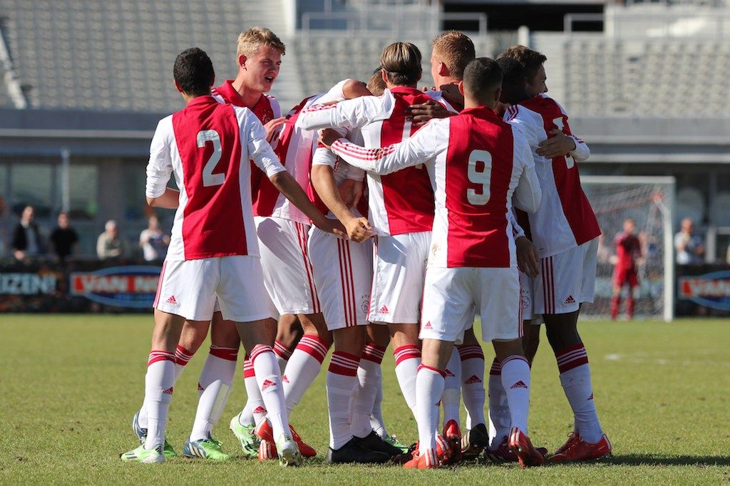 Ajax heeft de halve finale van de Aegon Copa Amsterdam bereikt na een 2-1 overwinning op Anderlecht. In de vierde minuut kregen de Ajacieden al een grote kans, toen een vrije trap van Ashraf El Mahdioui met veel moeite gekeerd kon worden door de doelman van Anderlecht