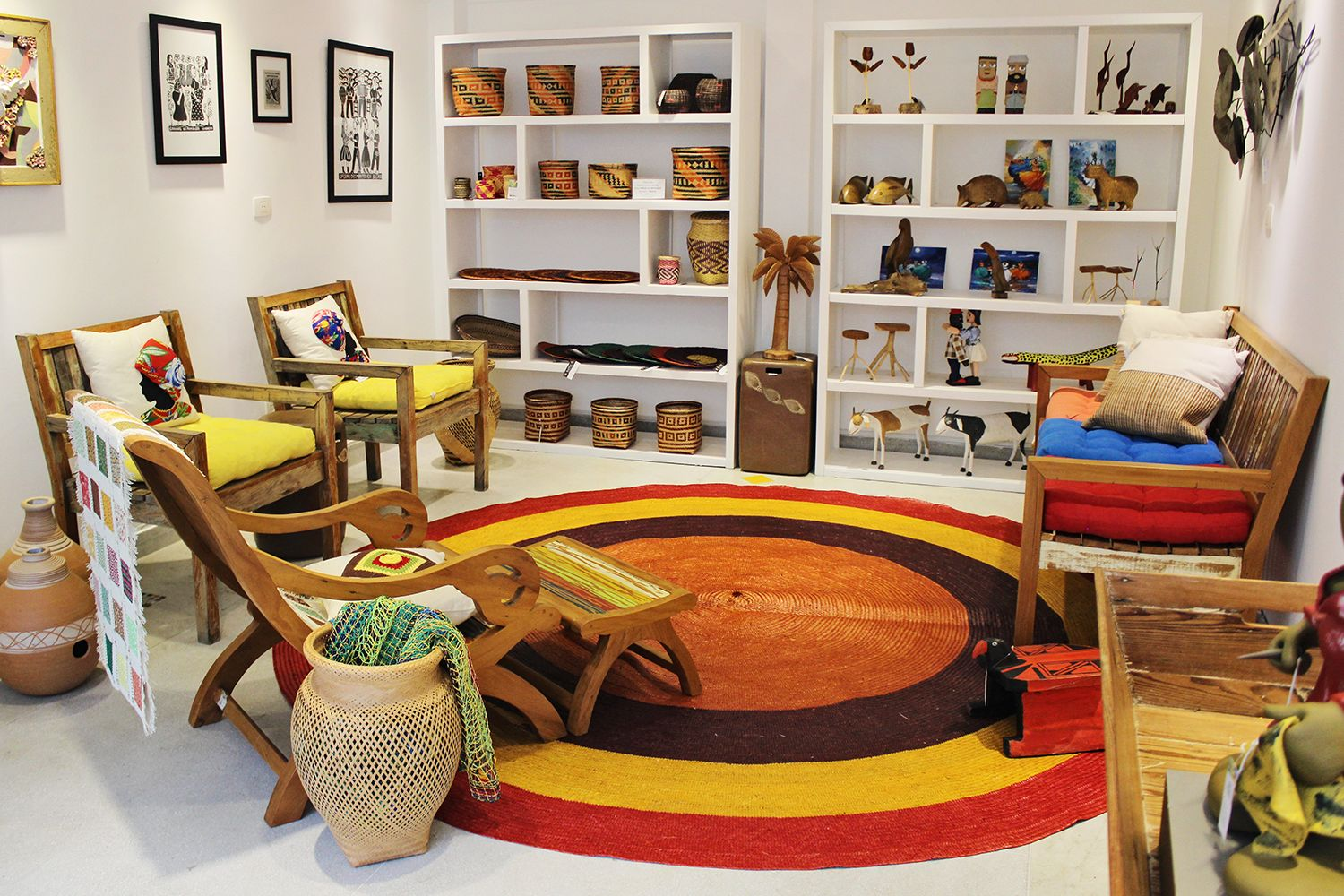 Um ambiente inteirinho montado com peças de arte e artesanato brasileiro. Venha nos visitar! � Veja onde adquirir nossas peças em http://www.fuchic.com.br/#!enderecosfuchic/cq3z // A whole room fitted with pieces of Brazilian arts and crafts. Come visit us! � See where to get our products: http://www.fuchic.com.br/#!enderecosfuchic/cq3z