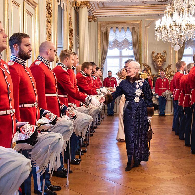 """DET DANSKE KONGEHUS on Instagram: """"I morges ønskede H.M. Dronningen og Kronprinsparret godt nytår til Højesterets dommere, Den Kongelige Livgardesog Gardehusarregimentets…"""""""