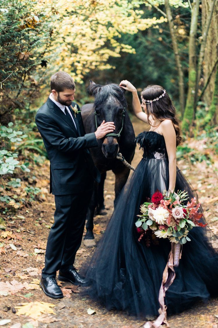 Pin Von Bori Auf C E L E B R A T E Schwarze Hochzeit Schwarze Hochzeitskleider Heidnische Hochzeit