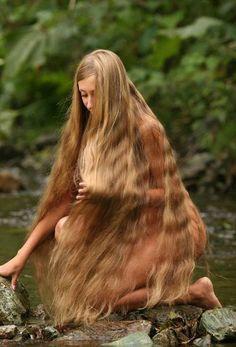 nackte frau mit sehr langen haaren